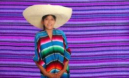 Mujer hispánica mexicana latina del poncho del sombrero Foto de archivo libre de regalías