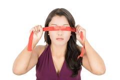 Mujer hispánica que la cubre ojos con una venda Fotos de archivo libres de regalías