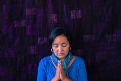 Mujer hispánica que ruega Imagen de archivo libre de regalías