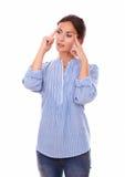 Mujer hispánica que se pregunta mientras que parece derecho Imagen de archivo libre de regalías