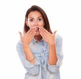 Mujer hispánica sorprendida que cierra su boca Fotos de archivo