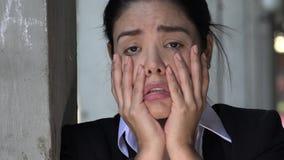 Mujer hispánica y tensión almacen de video