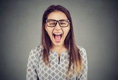 Mujer histérica enojada joven que grita en el frustrtaion Foto de archivo
