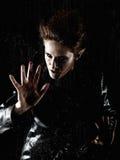 Mujer horrible del vampiro detrás de la ventana lluviosa Imagenes de archivo