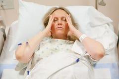 Mujer hospitalizada en hospital Imágenes de archivo libres de regalías
