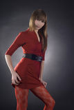 Mujer imponente en alineada roja en fondo negro Fotos de archivo