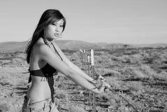 Mujer imponente por la cerca de alambre Imagen de archivo libre de regalías