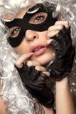 Mujer incógnita en peluca y máscara antiguas Fotografía de archivo