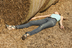 Mujer inconsciente en campo Fotografía de archivo libre de regalías
