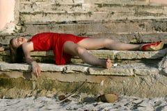 Mujer inconsciente en el suelo Fotos de archivo libres de regalías