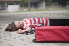 Mujer inconsciente en la carretera de asfalto Fotografía de archivo libre de regalías