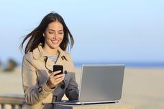 Mujer independiente que trabaja al aire libre en el teléfono Imagen de archivo libre de regalías