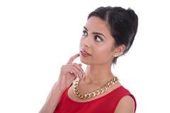 Mujer india aislada pensativa y dudosa hermosa en rojo Fotografía de archivo libre de regalías
