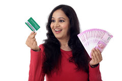 Mujer india alegre que lleva a cabo un manojo de rupia india y de crédito Fotografía de archivo