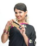 Mujer india con de la tarjeta de crédito Imagen de archivo libre de regalías