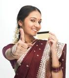 Mujer india con de la tarjeta de crédito Fotografía de archivo libre de regalías