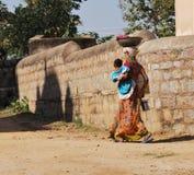 Mujer india con el niño Fotos de archivo