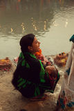 Mujer india con el niño en el lado del río Imagen de archivo libre de regalías