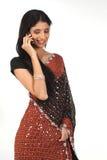 Mujer india con el teléfono celular Foto de archivo