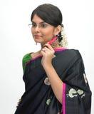 Mujer india con la pluma y espec. Foto de archivo
