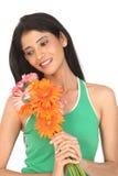 Mujer india con las flores de la margarita Foto de archivo libre de regalías