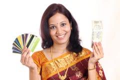 Mujer india con las tarjetas del dinero y de crédito Imagenes de archivo