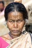 Mujer india con los pendientes y la cara del tatto Imagen de archivo