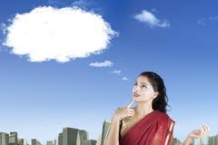 Mujer india con una burbuja en blanco del discurso foto de archivo libre de regalías