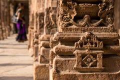 Mujer india de la arquitectura del pilar en fondo Imagen de archivo