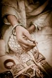 Mujer india de la artesanía que muestra una pulsera Fotografía de archivo libre de regalías