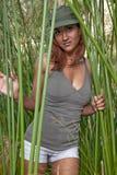 Mujer india de los años 20 jovenes atractivos al aire libre Imagenes de archivo