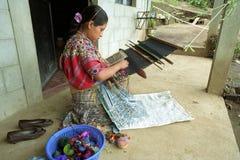 Mujer india del Latino que teje a mano el telar Imágenes de archivo libres de regalías