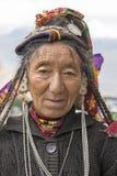 Mujer india del mendigo en la calle en Leh, Ladakh La India Imágenes de archivo libres de regalías