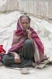 Mujer india del mendigo en la calle en Leh, Ladakh La India Fotografía de archivo libre de regalías