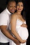Mujer india embarazada hermosa y hombre africano Imagen de archivo libre de regalías