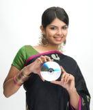 Mujer india en CD de la explotación agrícola de la sari Foto de archivo libre de regalías