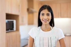 Mujer india en cocina Imagenes de archivo