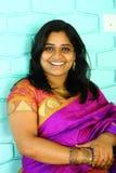 Mujer india en la sonrisa púrpura de la sari Fotografía de archivo