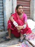 Mujer india en mercado de calle Imagenes de archivo