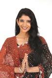 Mujer india en sari con la acción de los saludos Fotografía de archivo