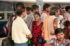 Mujer india en una sari hermosa entre hombres Fotografía de archivo