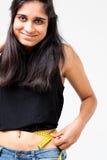 Mujer india feliz sobre ella resultado de la dieta Imagenes de archivo