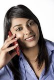 Mujer india hermosa que charla en su teléfono móvil Imagen de archivo libre de regalías