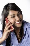 Mujer india hermosa que habla en su teléfono móvil Imagen de archivo