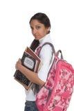 Mujer india joven del estudiante universitario con el morral Fotos de archivo