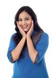 Mujer india joven emocionada contra el fondo blanco Foto de archivo libre de regalías