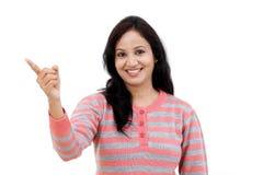 Mujer india joven que muestra el espacio en blanco de la copia Imágenes de archivo libres de regalías