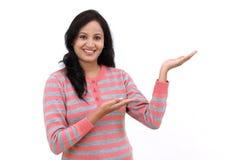 Mujer india joven que muestra el espacio en blanco de la copia Fotografía de archivo