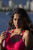 Mujer india joven que sostiene la taza rosada Fotos de archivo libres de regalías