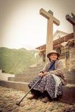 Mujer india peruana en tejer tradicional del vestido Imagenes de archivo
